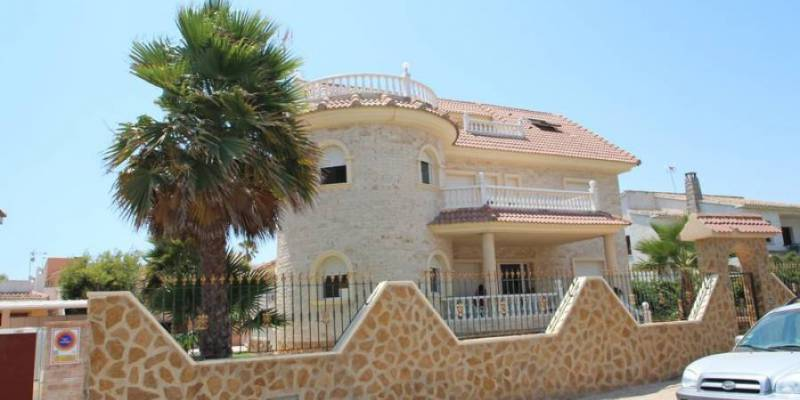 The extraordinary villas for sale in La Zenia - Orihuela Costa will enchant your whole family